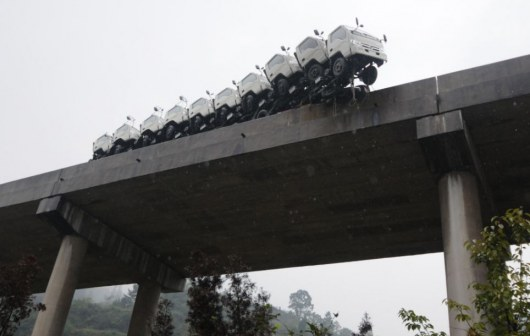 По материалам: bigpicture.ru Инцидент произошел, когда водителю пришлось вильнуть вправо, после того как другой водитель подрезал его. Несмотря на все приложенные усилия, водителю не удалось остановить огромный грузовик вовремя, и тот сбил предохранительные ограждения на мосту.